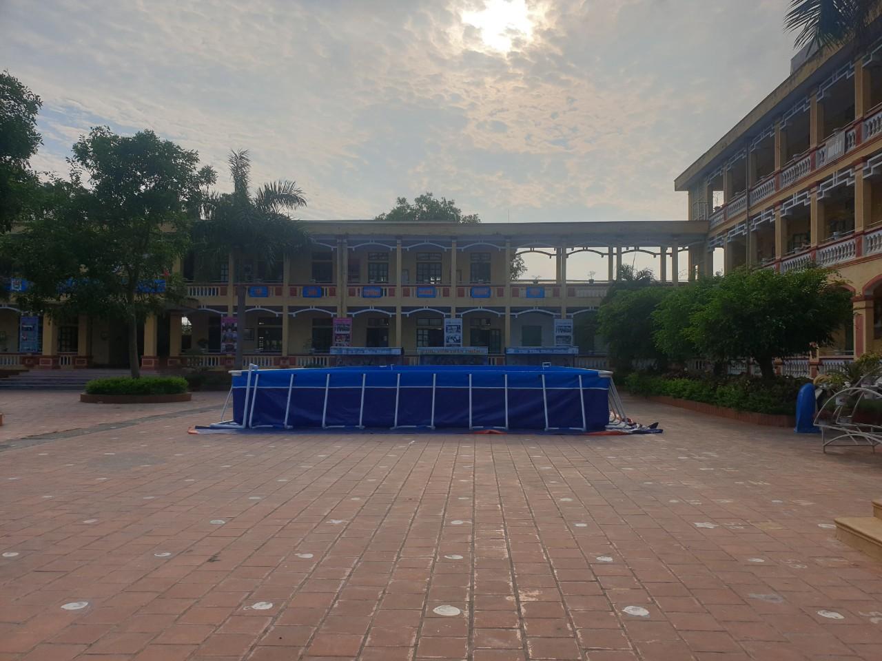 hồ bơi sân trường góc nhìn từ xa
