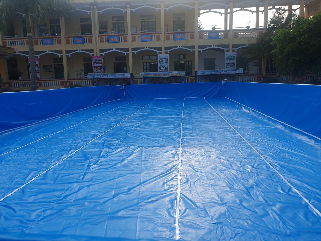 trong lòng hồ bơi sân trường