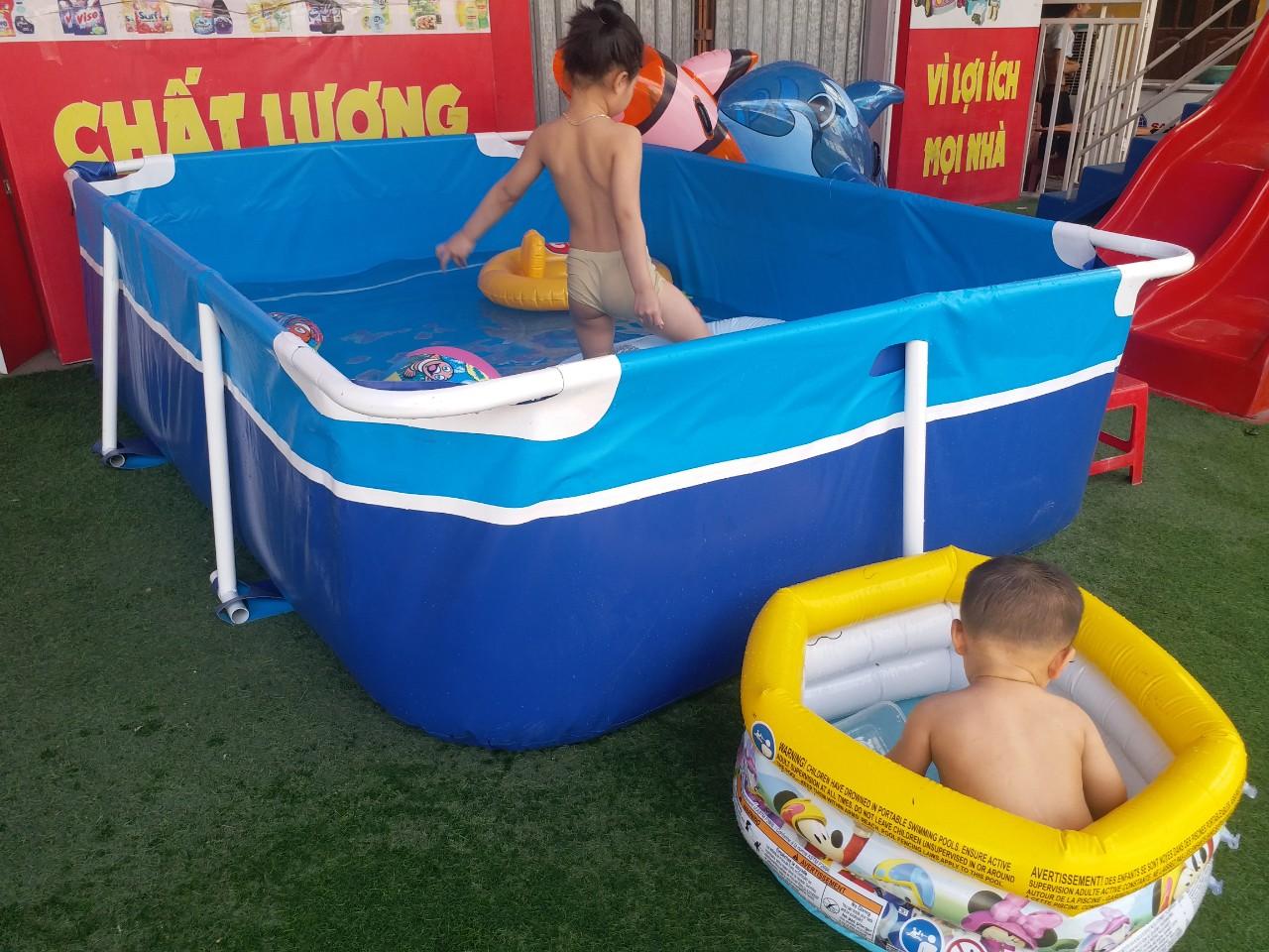 bé tắm trong hồ bơi trẻ em