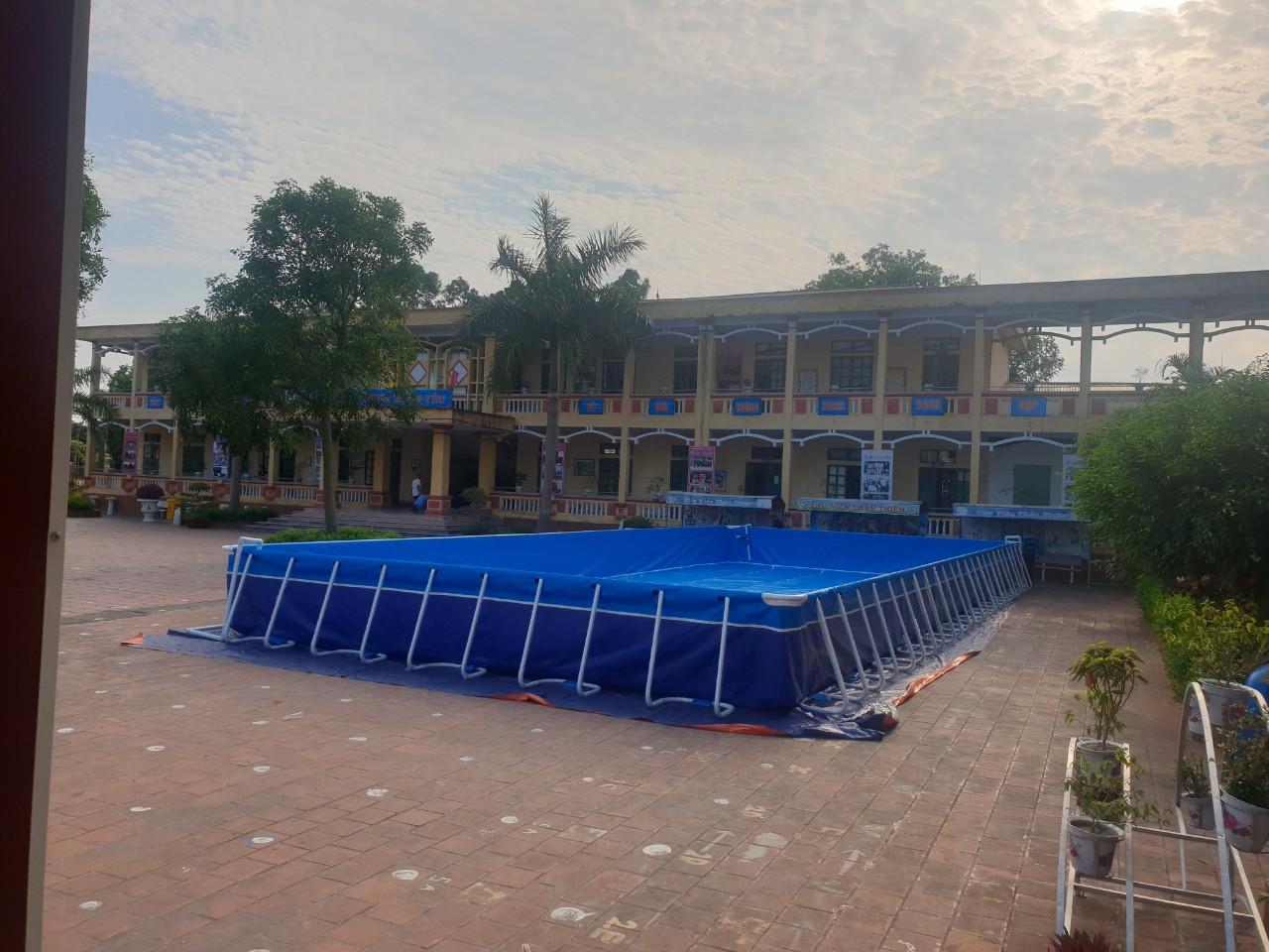 hồ bơi sân trường với góc nhìn gần