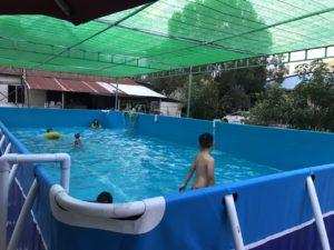 trẻ tắm trong bể bơi di động